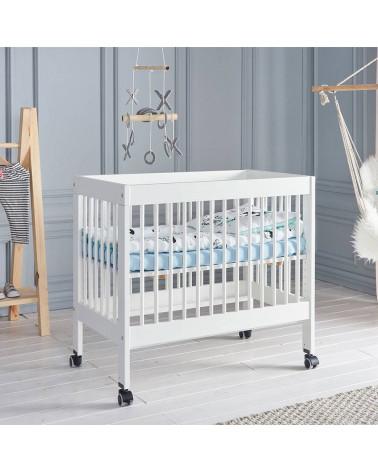 Lit bébé Basic 90x60 sur roulettes dans une chambre